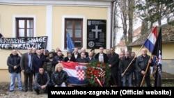 Ustaška ploča u Jasenovcu i publika