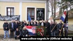 Udruga dragovoljaca HOS-a ispred sporne ploče u Jasenovcu