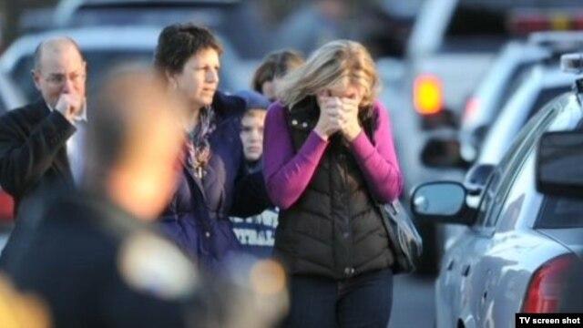 Porodice ispred škole nakon pucnjave