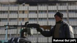 Афганский полицейский возле гостиницы Intercontinental в Кабуле