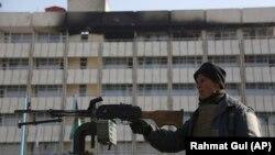 Афганський поліцейський біля готелю в Кабулі, де днями бойовики здійснили напад, в результаті якого загинули щонайменше 30 людей, Афганістан, 23 січня 2018 року