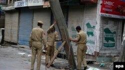 Індійські поліцейські зводять огорожу з колючого дроту в місті Срінагар, Кашмір, 11 липня 2016 року