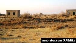 Заброшенное строительство жилых домов в велаяте Лебап. Туркменистан, февраль 2011 года.
