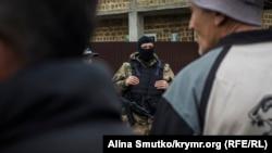 Обыск в доме крымского татарина, село Морское, Крым. Май 2017 года