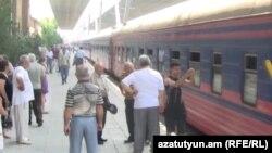 Բաթումի մեկնող գնացքը Երևանի կայարանում, արխիվ