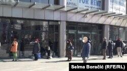 Penzioneri u redu ispred jedne od banaka u Sarajevu, 6. april 2020