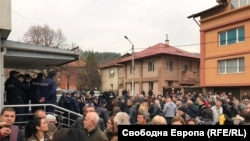 След началото на режима в Перник се стигна до протести заради недоволството на гражданите от действията на общината и ВиК