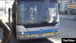 Жолаушыларды наразы еткен троллейбус жүргізушісі. Алматы, 29 наурыз 2014 жыл. (Видеодан скриншот)
