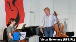 Violoncelistul Octavian Lup cu prof. Frans Helmerson la Academia Kronberg