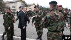 Министерот за одбрана Коњаноски и војници на АРМ