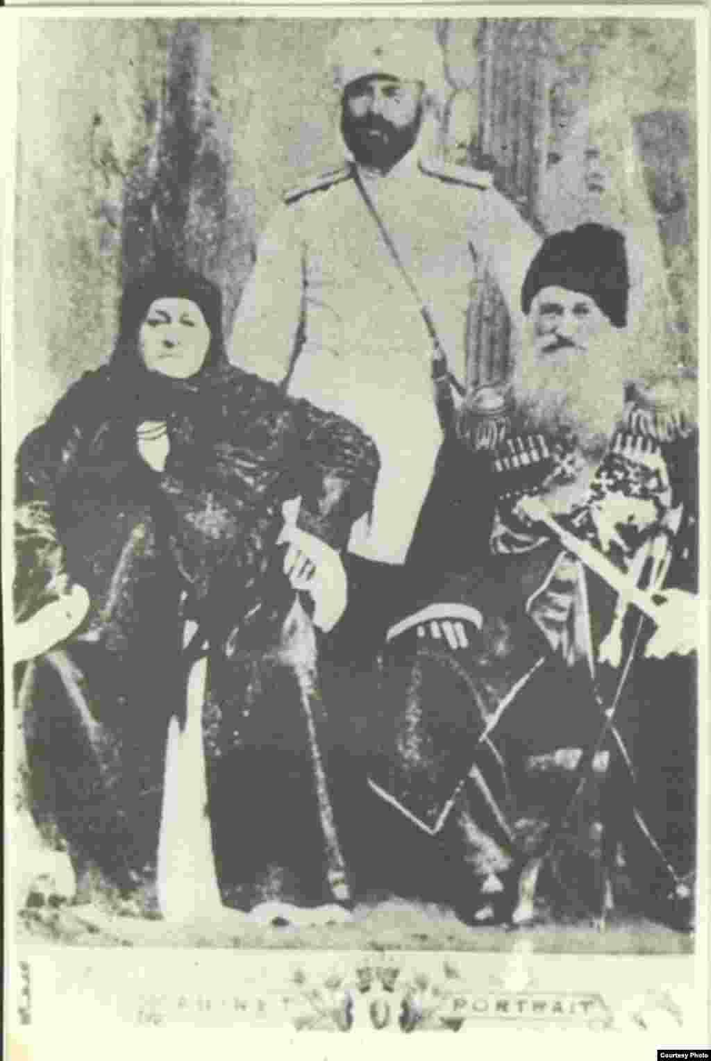 Товза Чермоєва, 1894 р. зі своїм чоловіком Арцу Чермоєвим (генерал-майор, кавалер орденів св. Анни, Володимира, Святослава, Георгія) і сином Арсеміком (офіцер власного конвою російського імператора)