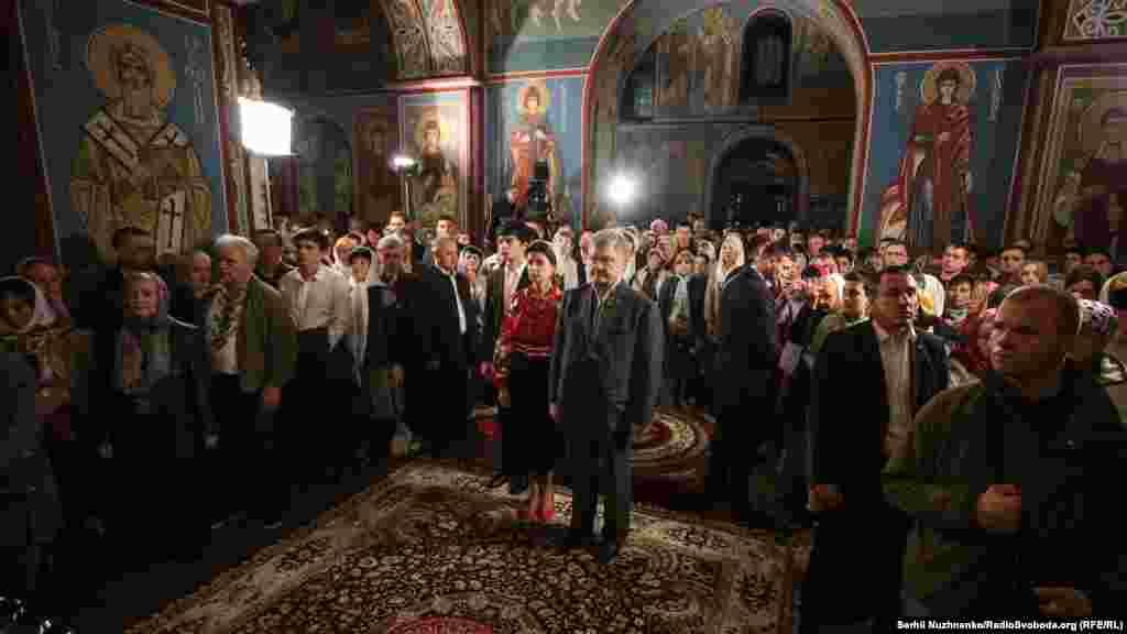Сюди ж прийшов і глава держави Петро Порошенко з дружиною та сином