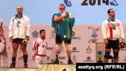 Казахстанский тяжелоатлет Илья Ильин (в центре) на церемонии награждения победителей чемпионата мира. Алматы, 15 ноября 2014 года.