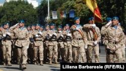 Militari moldoveni din forțele de menținere a păcii la o paradă de Ziua Independenței R.Moldova, 27 august 2011.