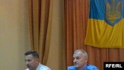Заступник міністра внутрішніх справ О. Савченко (справа) та начальник Закарпатського УМВС України В. Чепак.