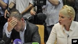 Юлія Тимошенко та її адвокат Сергій Власенко в залі Печерського суду, 24 червня 2011 року
