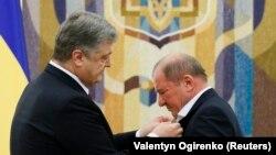 Президент України Петро Порошенко нагороджує Ільмі Умерова орденом «За заслуги». Київ, 27 жовтня 2017 року
