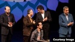 """Bəhram Ərk İranda """"Qısa filmlər festivalı""""nda mükafat alarkən."""