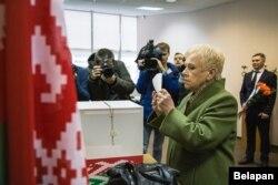 Лідзія Ярмошына ў час датэрміновага галасаваньня, 14 лістапада