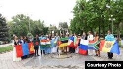 Эл аралык тил жана маданият фестивалынын катышуучулары