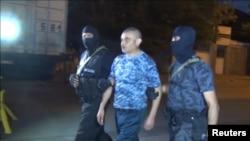 """31 июля, полиция уводит одного из сдавшихся властям членов группировки """"Сасна црер"""""""