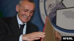 Многие наблюдатели толкуют сейчас о том, что не для того же экс-президент решил вернуться в Абхазию, чтобы стать просто одним из 35 парламентариев