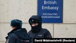 У посольства Великобритании в Москве.