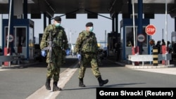 Pripadnici Vojske Srbije na graničnom prelazu Batrovci