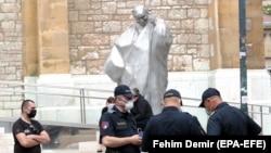 Policija ispred katedrale Srca Isusova u Sarajevu gdje će misu zadušnicu za žrtve Bleiburga i Križnih putova služiti vrhbosanski nadbiskup kardinal Vinko Puljić, 12. svibanj 2020.
