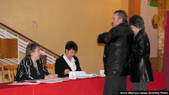 Алла Пастухова (в центре) председательствует в участковой избирательной комиссии (фото из архива газеты «Вольный город»