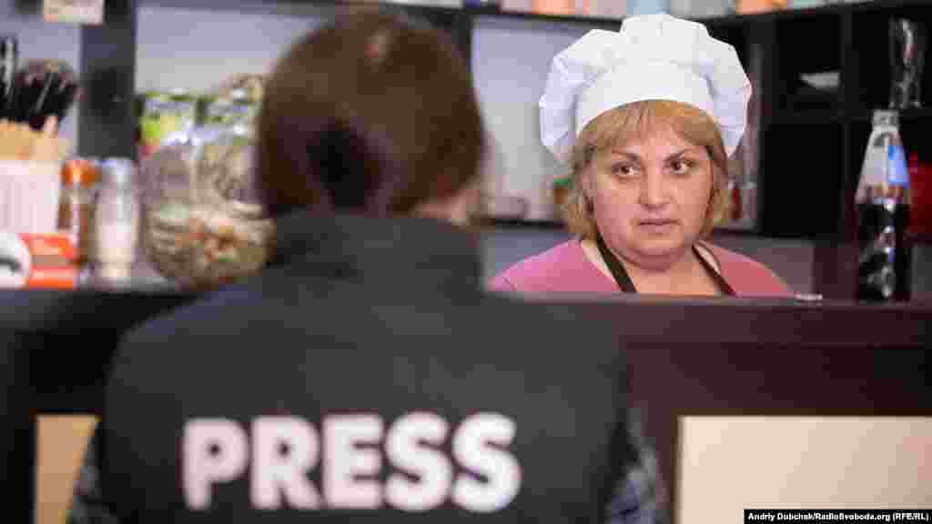 Попри економічну скруту в Гранітному, підприємці намагаються відкривати тут пекарні, кафе та кав'ярні. Ірина, яка працює у нововідкритій кав'ярні, тішиться, що отримала роботу. За словами жінки, коли припинилися постійні обстріли, селище поволі почало повертатися до життя. Слідкуйте за нашої поїздкою онлайн –http://bit.ly/2UrzwHM Пишіть напряму кореспондентам, що вам показати? Які проблеми можемо допомогти висвітлити?