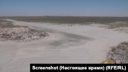 Дно пересохлого ставка кримського рибокомбінату (краєвид з місточка). Вересень 2020 року