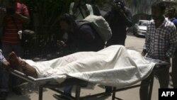جسد جولْحَز مَنّان، سردبیر همجنسگرای بنگلادشی، که عصر دوشنبه در خانهاش باچاقو به قتل رسید.