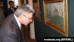 Лешак Шарэпка разглядае карціну «З-над старога Нёману», у цэнтры якой — Калоская царква