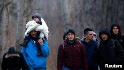 Një grup i migrantëve nga Kosova duke e kaluar kufirin nga Serbia në Hungari, afër vendit Asotthalom, më 5 shkurt të vitit 2015
