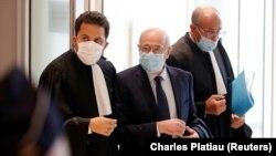 Patrick Klugman, advokat porodica žrtava iz košer supermarketa, i Francis Kalifat, predsedavajući Saveta francuskih jevrejskih institucija napuštaju sudnicu u Parizu, 2. septe,bar 2020.