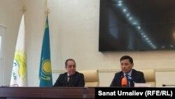 Аким Западно-Казахстанской области Алтай Кульгинов (справа) во время назначения акимом Уральска Наримана Турегалиева. 5 апреля 2016 года.