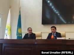 Аким Западно-Казахстанской области Алтай Кульгинов (справа). Уральск, 5 апреля 2016 года.