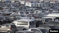 Piaţa de maşini din oraşul siberian Krasnoiarsk