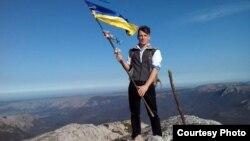 Сергей Викарчук на вершине крымской горы. Архивное фото
