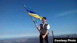 Сергій Вікарчук на вершині кримської гори. Архівне фото