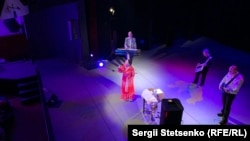 У перерві між піснями Ніна Матвієнко розповідала глядачам про те, як вона ставиться до сучасності та історії
