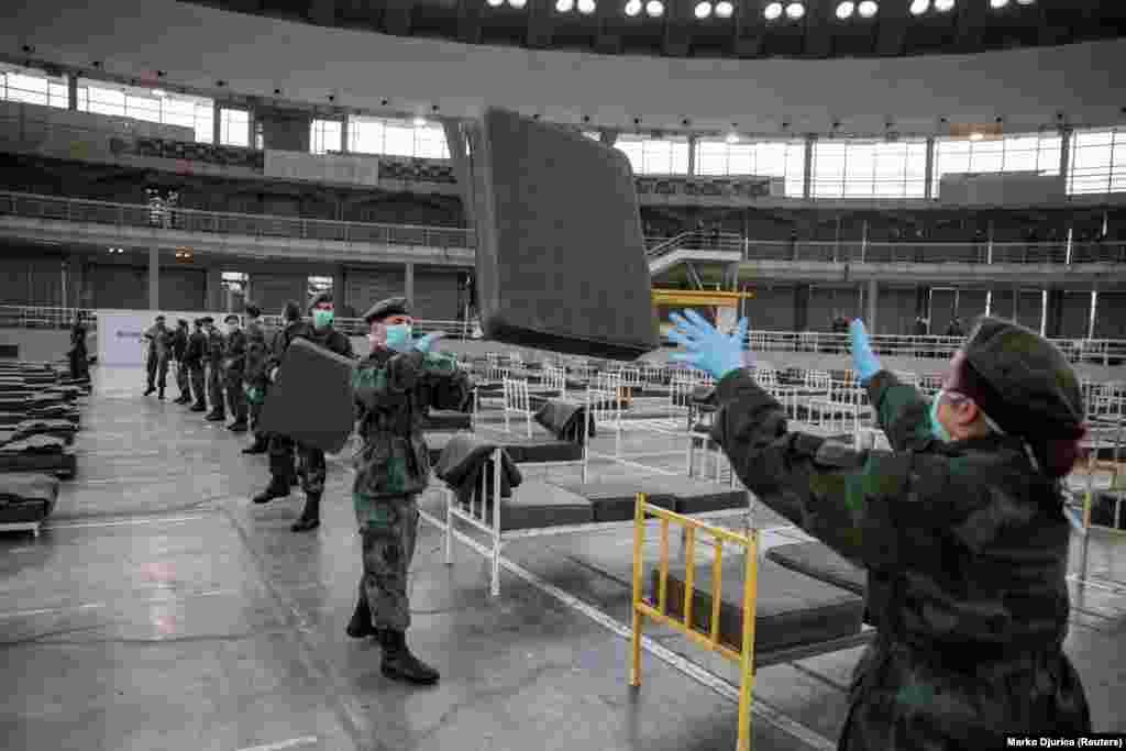 Сръбски войници подготвят леглата в Белгадския панаир.