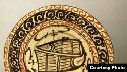 Блюдо с изображениями рыб и светильник. <i>Узбекистан, X век</i>