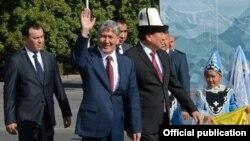 Президенттик аппараттын башчысы Темир Жумакадыров, президент Алмазбек Атамбаев жана спикер Асылбек Жээнбеков. Ала-Тоо аянты, 31-август, 2015-жыл