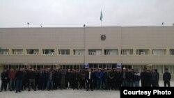Работники базирующейся в городе Актау нефтесервисной компании «Кезби» на предыдущем собрании у здания акимата города Жанаозена. 9 октября 2019 года.