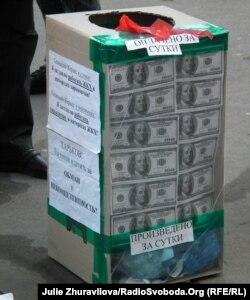 Активісти громадської організації прийшли до міськради з пакетами сміття, зібраного за день