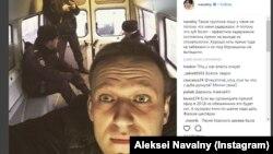 Навальний ўзининг ушлангани суратини Твиттер саҳифасида ëйинлади.