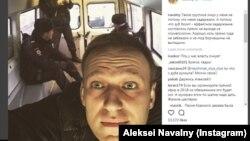 Алексей Навальныйдың полиция көлігінде түсірілген суреті. Мәскеу, 22 ақпан 2018 жыл.