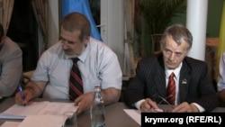 Рефат Чубаров і Мустафа Джемілєв на виїзному засіданні Меджлісу в Генічеську Херсонської області, 4 липня 2014 року